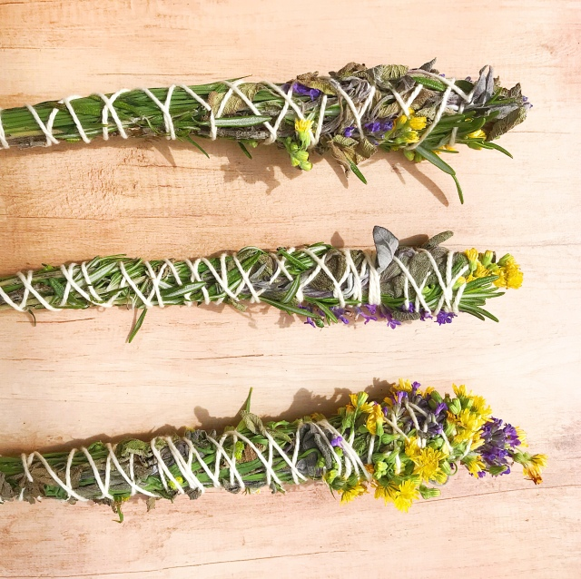 Smudge sticks composti da piante e fiori. Www.time2lifestyle.com