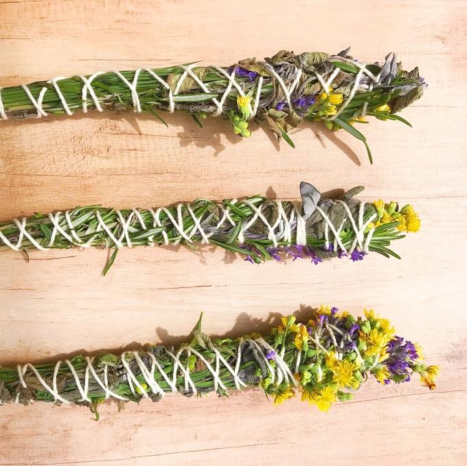 Smudge sticks composti da piante e fiori. Www.time2lifestyle.com