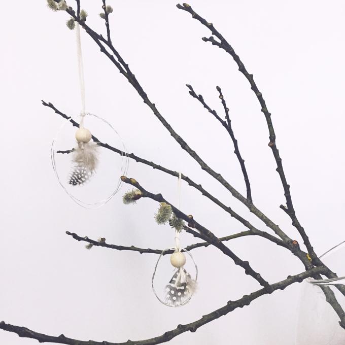 Decorazioni di Pasqua con fil di ferro, piume e pallina in legno stile Nordic design